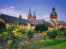 Klostergarten der ehemaligen Benediktinerabtei Seligenstadt (Foto H. Mänicke, Juli 1991)